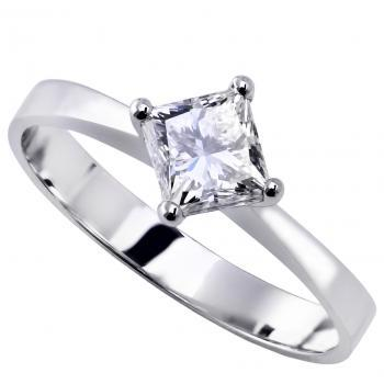 solitaire ring with a princess cut diamond set with four prongs in lozange compared to the sllim flat shank