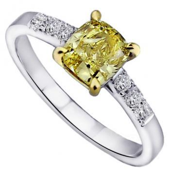 ring met een cushion geslepen centrale fancy intense yellow diamant waarnaast twee keer drie briljant geslepen diamanten kasteel gezet