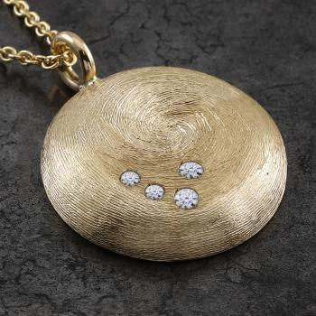 rounded pendant with four brillants pavé set diamonds on a with thin lines engraved hollow disk with a flat baté on the back