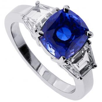 platina ring with cushion cut sapphire and two trapeze cut diamonds on the sides