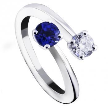 toi-et-moi ring with one briljant cut diamond and one sapphire set with 4 claws each
