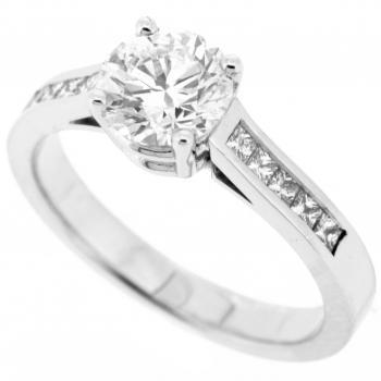 裸钻钻戒:with a brilliant cut central diamond and princess cut diamonds on the side