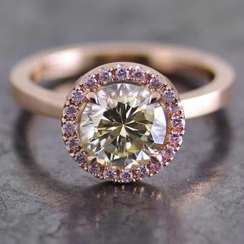 entouragering met een centrale fancy greenish yellow Zimbabwe briljant geslepen diamant omringd met fancy light pink diamonds