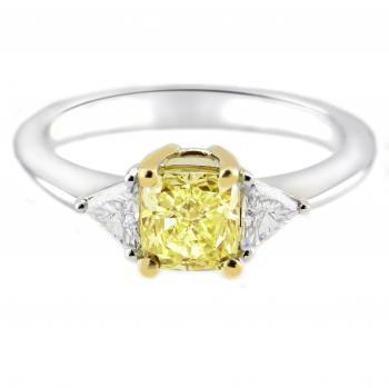 ring met een cushion geslepen centrale fancy yellow diamant waarnaast twee trilliant geslepen diamanten
