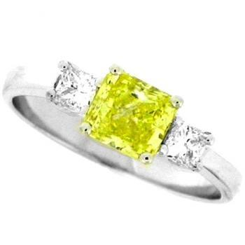 ring met een cushion geslepen fancy yellow diamant en twee princess ernaast