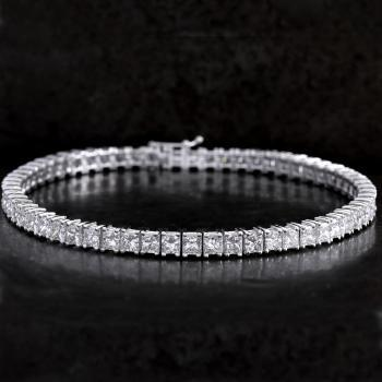 rivière or tennis bracelet with princess cut diamonds set with four prongs per diamond